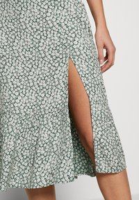 Abercrombie & Fitch - RUFFLE MIDI - Gonna a campana - green floral - 4