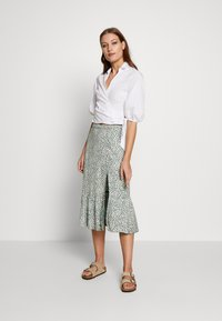 Abercrombie & Fitch - RUFFLE MIDI - Gonna a campana - green floral - 1