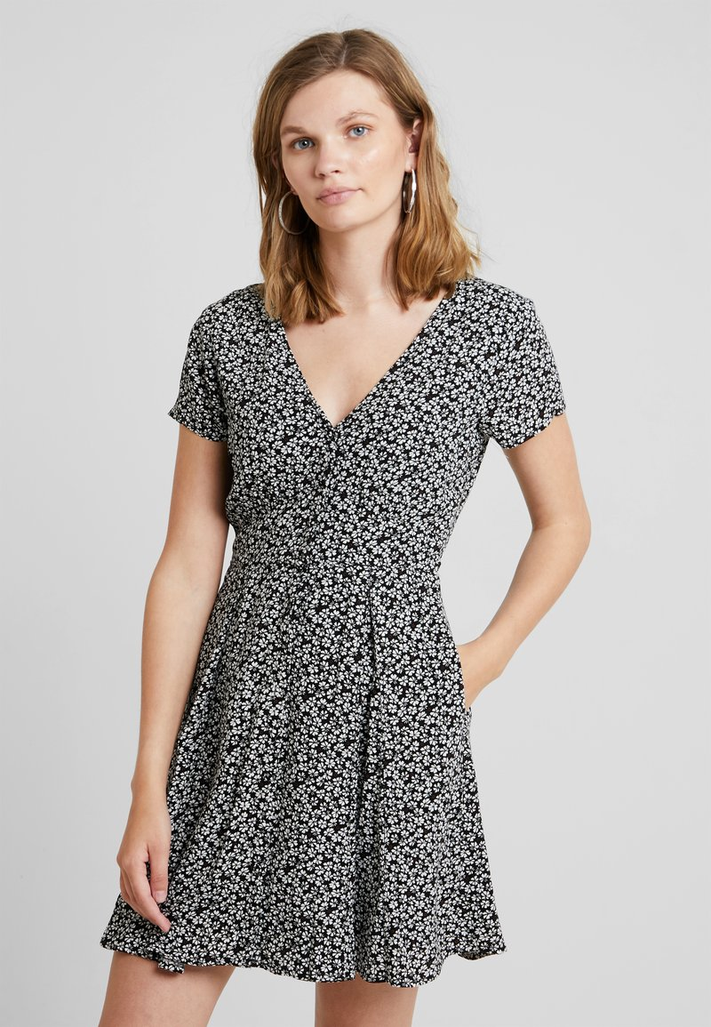Abercrombie & Fitch - SHORT SLEEVE BUTTON DETAIL DRESS - Freizeitkleid - black ditsy