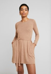 Abercrombie & Fitch - COZY DRESS - Strikket kjole - camel - 0