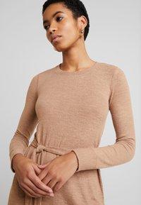 Abercrombie & Fitch - COZY DRESS - Strikket kjole - camel - 3