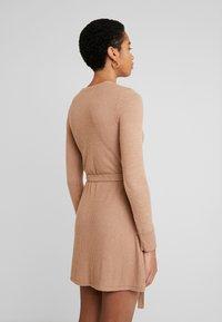 Abercrombie & Fitch - COZY DRESS - Strikket kjole - camel - 2
