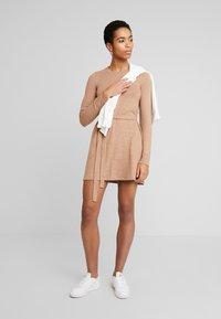 Abercrombie & Fitch - COZY DRESS - Strikket kjole - camel - 1