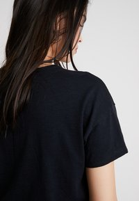 Abercrombie & Fitch - SCOOP NECK TEE - Jednoduché triko - black - 5