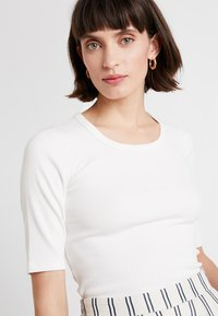 Abercrombie & Fitch - HALF SLEEVE SNAP - Basic T-shirt - white - 4
