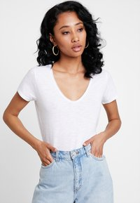 Abercrombie & Fitch - SLEEVE ICON TEE - Basic T-shirt - white - 0