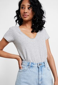 Abercrombie & Fitch - SLEEVE ICON TEE - T-Shirt print - grey - 4