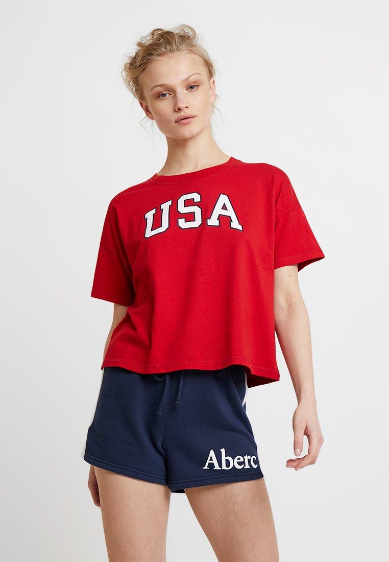 Abercrombie & Fitch - SHORT SLEEVE KNOT BOTTOM AMERICANA TEE - Camiseta estampada - red