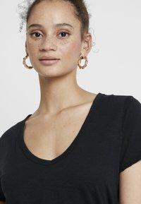 Abercrombie & Fitch - SOFT TEE - Camiseta básica - black - 4