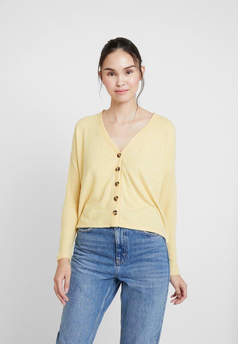 Abercrombie & Fitch - BUTTON THROUGH COZY  - Chaqueta de punto - yellow