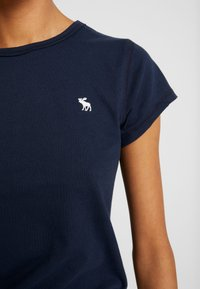Abercrombie & Fitch - CREW 3 PACK - T-shirts med print - white/navy/black - 7