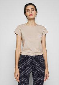 Abercrombie & Fitch - ITALICS PRINT LOGO TEE - T-shirt imprimé - chateau grey - 0