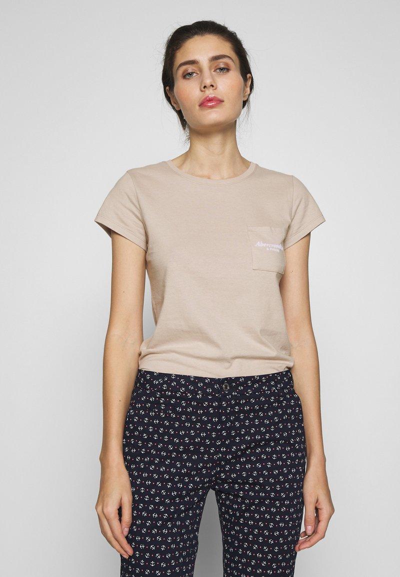 Abercrombie & Fitch - ITALICS PRINT LOGO TEE - T-shirt imprimé - chateau grey