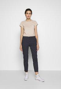 Abercrombie & Fitch - ITALICS PRINT LOGO TEE - T-shirt imprimé - chateau grey - 1