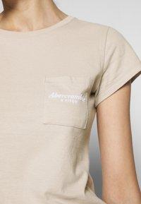 Abercrombie & Fitch - ITALICS PRINT LOGO TEE - T-shirt imprimé - chateau grey - 5