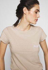 Abercrombie & Fitch - ITALICS PRINT LOGO TEE - T-shirt imprimé - chateau grey - 3