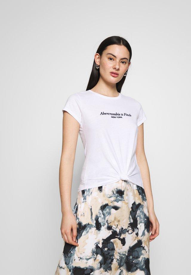 ITALICS LOGO TEE - T-shirt z nadrukiem - white