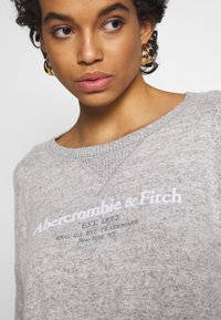 Abercrombie & Fitch - UPPER TIER COZY LOGO TEE - Maglione - grey - 5