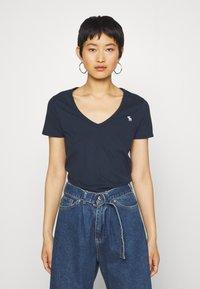 Abercrombie & Fitch - VNECK 3 PACK - Basic T-shirt - black/white/navy - 3