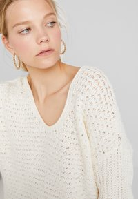Abercrombie & Fitch - SLOUCHY SCOOP NECK SWEATER - Svetr - cream - 3