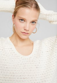 Abercrombie & Fitch - SLOUCHY SCOOP NECK SWEATER - Svetr - cream - 4