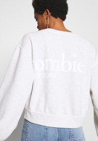 Abercrombie & Fitch - TREND LOGO SHARKBITE CREW - Sweatshirt - grey - 4