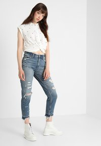 Abercrombie & Fitch - DARK LET DOWN ANNIE  - Relaxed fit jeans - dark destroy - 1
