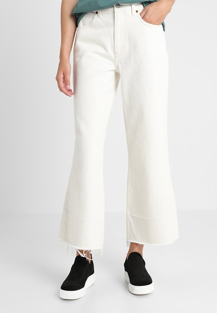 Abercrombie & Fitch - ANNIE CROPPED - Flared-farkut - white