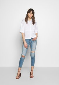 Abercrombie & Fitch - Jeans Skinny Fit - med destroy - 1