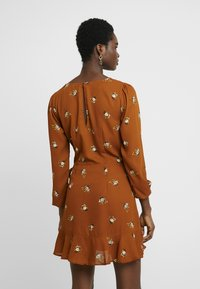 Abercrombie & Fitch - WRAP PIECED PRINT DRESS - Abito a camicia - tan - 2