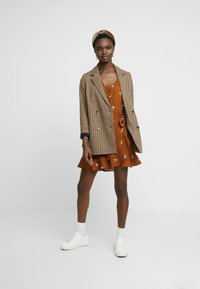 Abercrombie & Fitch - WRAP PIECED PRINT DRESS - Abito a camicia - tan - 1