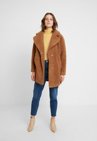 Abercrombie & Fitch - COAT - Cappotto invernale - brown sherpa - 1