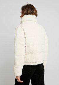 Abercrombie & Fitch - ULTRA CROPPED PUFFER - Chaqueta de invierno - cream - 2