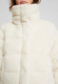Abercrombie & Fitch - ULTRA CROPPED PUFFER - Chaqueta de invierno - cream - 5