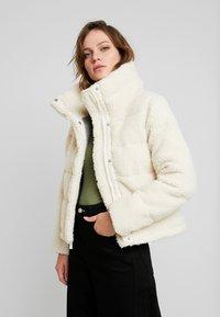 Abercrombie & Fitch - ULTRA CROPPED PUFFER - Chaqueta de invierno - cream - 0