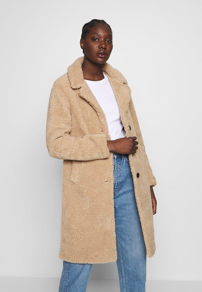 Abercrombie & Fitch - DAD COAT SHERPA - Winter coat - tan