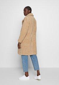 Abercrombie & Fitch - DAD COAT SHERPA - Winter coat - tan - 2