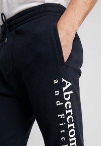 Abercrombie & Fitch - FLOCK TREND LOGO - Teplákové kalhoty - navy - 4