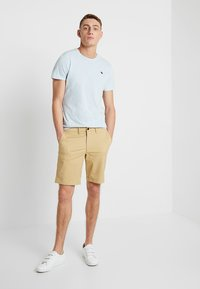 Abercrombie & Fitch - IN NEUTRALS - Shorts - light khaki - 1