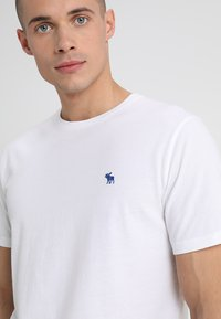 Abercrombie & Fitch - 3 PACK - T-shirt basic - blue/white/grey - 6