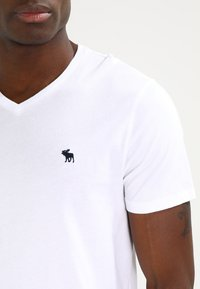Abercrombie & Fitch - VNECK 3 PACK - T-shirts basic - white/black/grey - 5