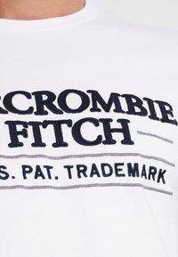 Abercrombie & Fitch - SUM TRAD TECH LOGO NEUTRAL  - Printtipaita - white - 5