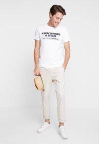 Abercrombie & Fitch - SUM TRAD TECH LOGO NEUTRAL  - Printtipaita - white - 1