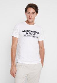 Abercrombie & Fitch - SUM TRAD TECH LOGO NEUTRAL  - Printtipaita - white - 0