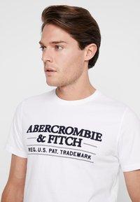 Abercrombie & Fitch - SUM TRAD TECH LOGO NEUTRAL  - Printtipaita - white - 3