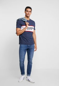 Abercrombie & Fitch - TECH LOGO CHEST - T-shirts med print - navy - 1