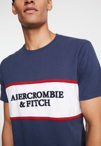 Abercrombie & Fitch - TECH LOGO CHEST - T-shirts med print - navy - 4