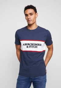 Abercrombie & Fitch - TECH LOGO CHEST - T-shirts med print - navy - 0