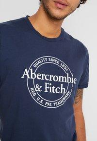 Abercrombie & Fitch - SUM LOGO - Printtipaita - navy - 5