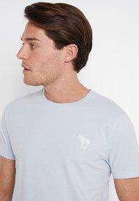 Abercrombie & Fitch - POP ICON CREW - Basic T-shirt - light blue - 4